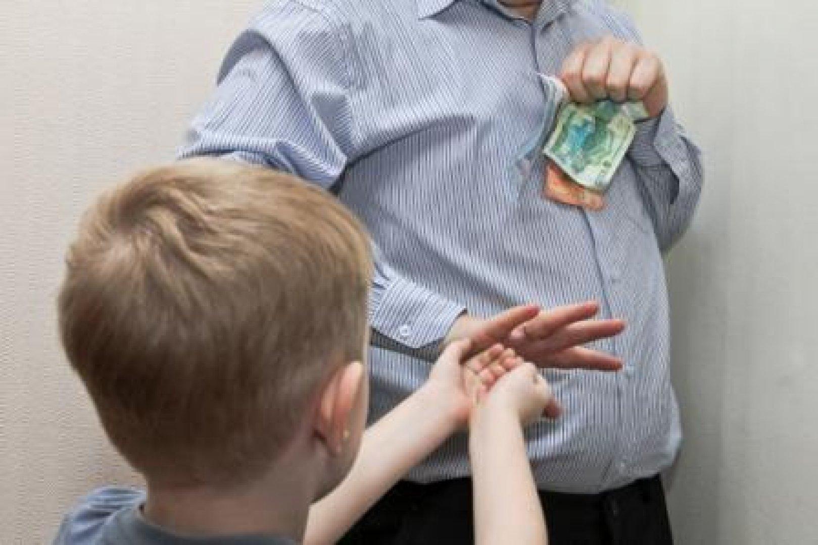 В Казахстане отцов планируют обязать платить алименты внебрачным детям