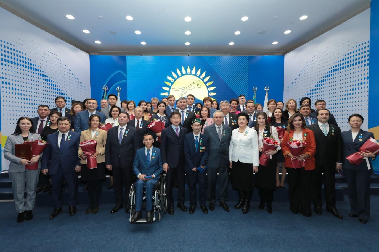 Членов партии Nur Otan отметили государственными и партийными наградами
