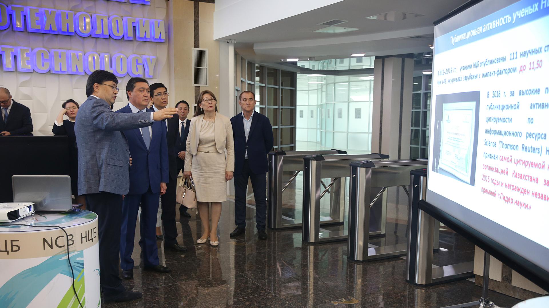 Аскар Мамин посетил Национальный центр биотехнологий