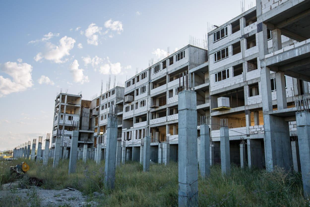 В Нур-Султане в долгострое продали почти в два раза больше имеющихся квартир