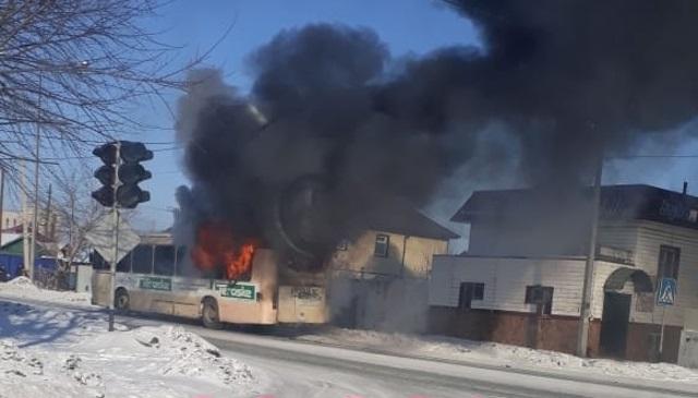 Пассажирский автобус загорелся в Семее, по счастливой случайности никто не пострадал