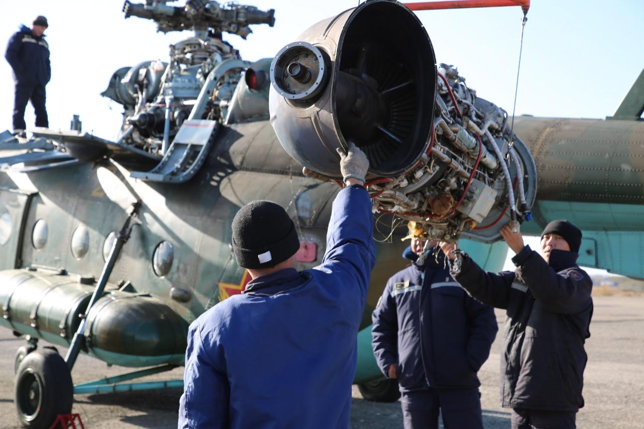 Казахстанские военные летчики готовят авиатехнику к зиме