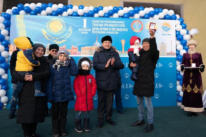 Алтай Кульгинов вручил ключи от квартир более 400 семьям