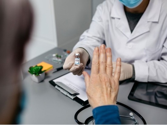 Алматыда 3 медицина қызметкері вакцина салғызудан бас тартты