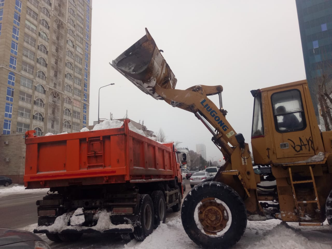 Сегодня на уборке снега в Нур-Султане задействовано 1393 единицы техники