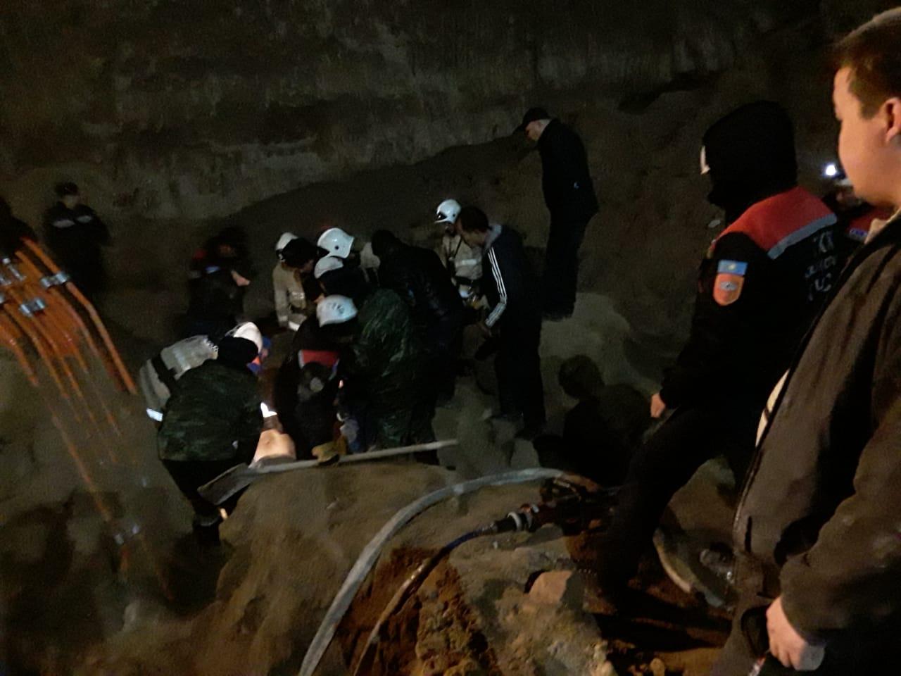 Двое рабочих погибли из-за обвала грунта при рытье котлована в Шымкенте