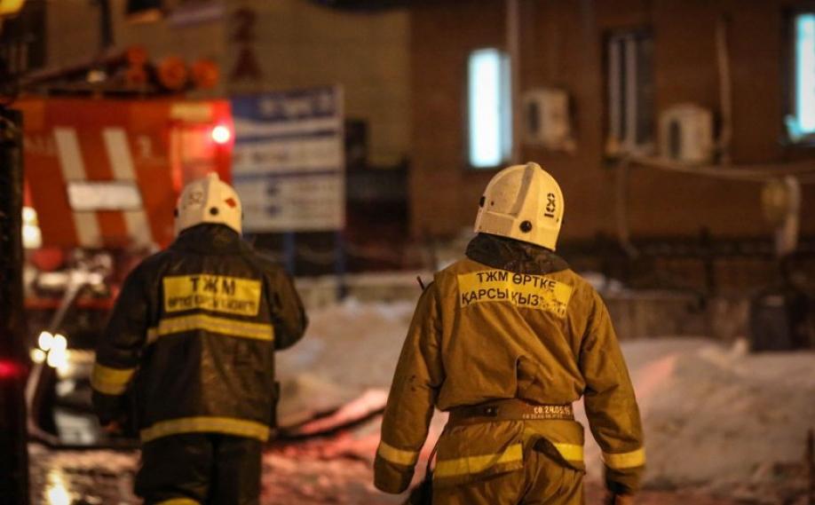 Пожар в Алматы перекинулся с жилого дома на здание фирмы