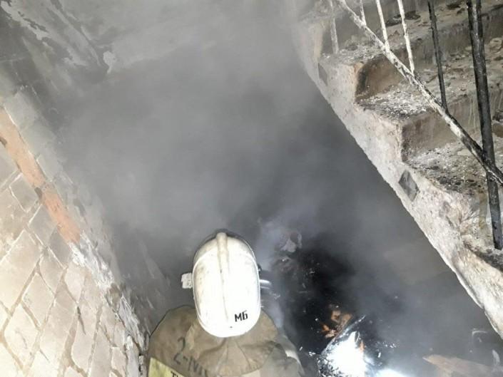 В Семее из-за мусора под лестницей возник пожар в 9-этажном доме
