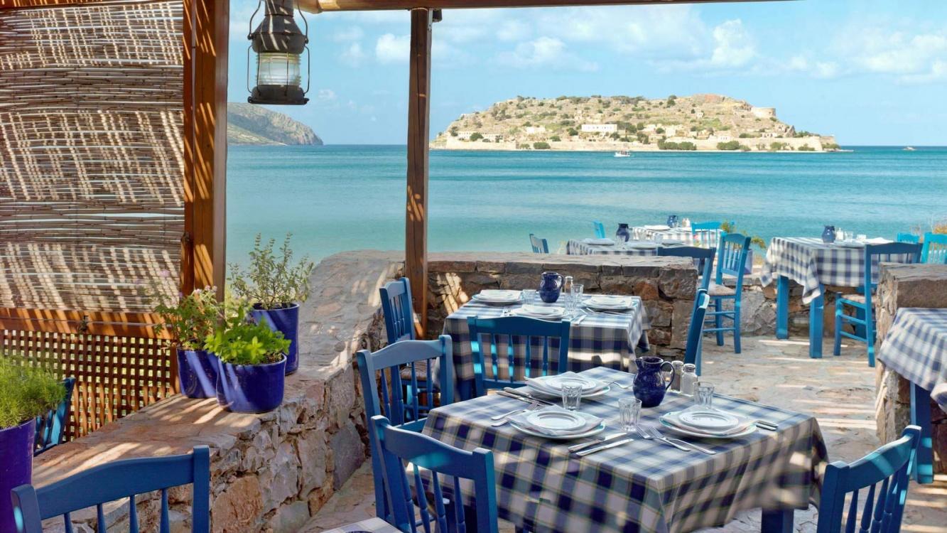 На греческих островах из-за COVID-19 в ночное время не будут работать бары и рестораны