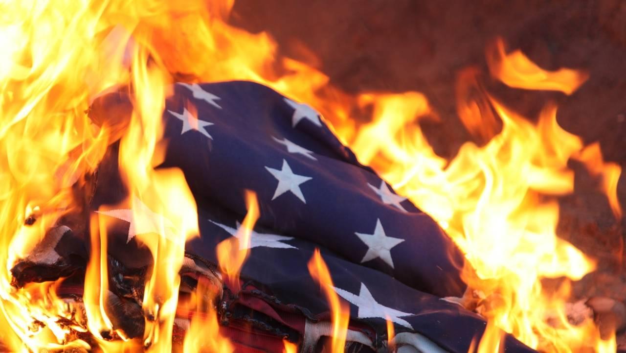 В Вашингтоне протестующие сожгли флаг США во время выступления Трампа в День независимости