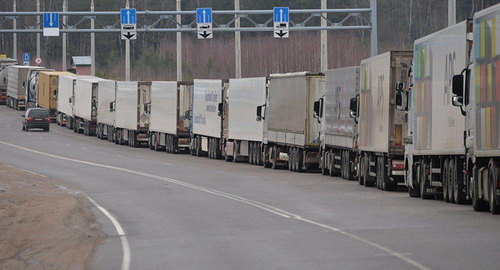 На границе Кыргызстана и Казахстана скопилось более ста грузовиков из-за сбоя на КПП