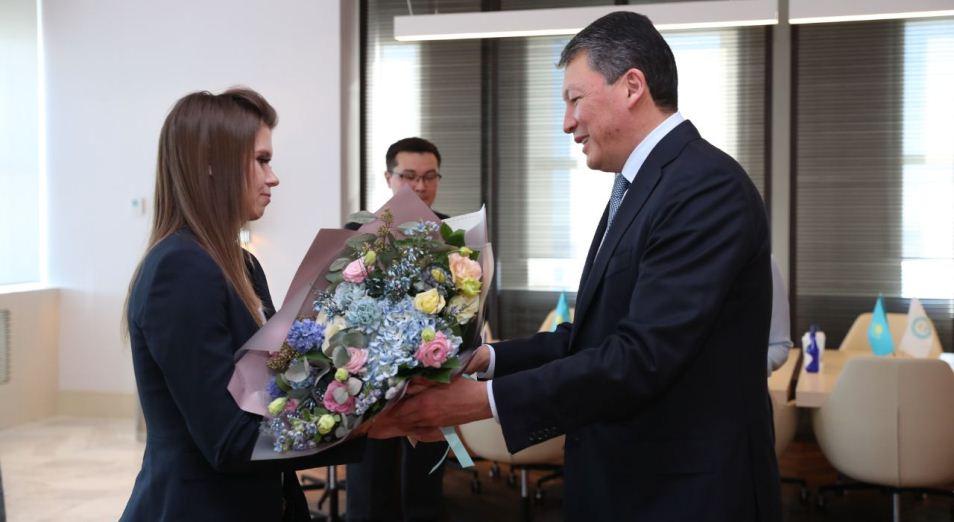 Тимур Кулибаев вручил государственные награды Юлии Галышевой и ее тренеру