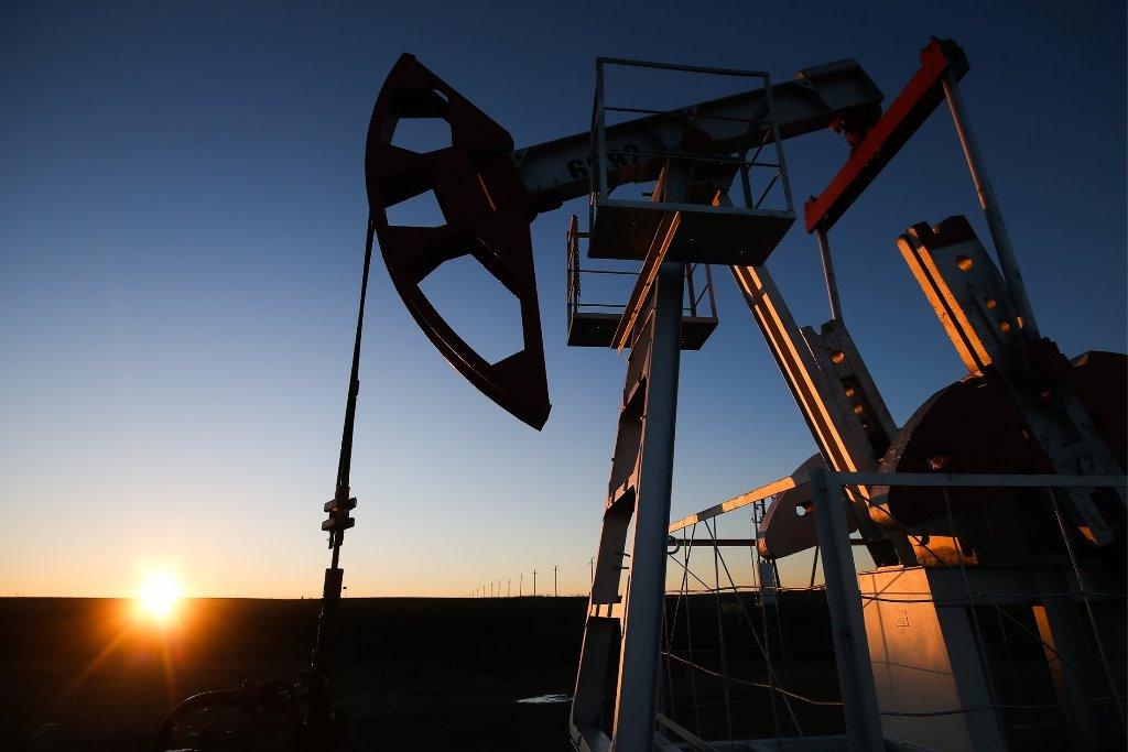 Нефть дешевеет после снижения накануне, но ее недельный рост может составить более 4%