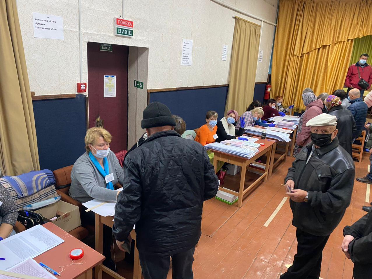 Наблюдатели фиксируют нарушения на местных выборах на Украине