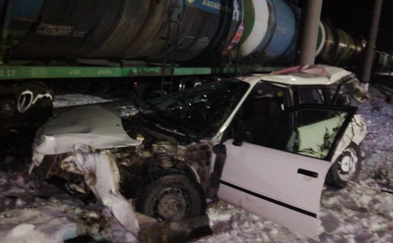 Легковая машина столкнулась с грузовым поездом в Акмолинской области