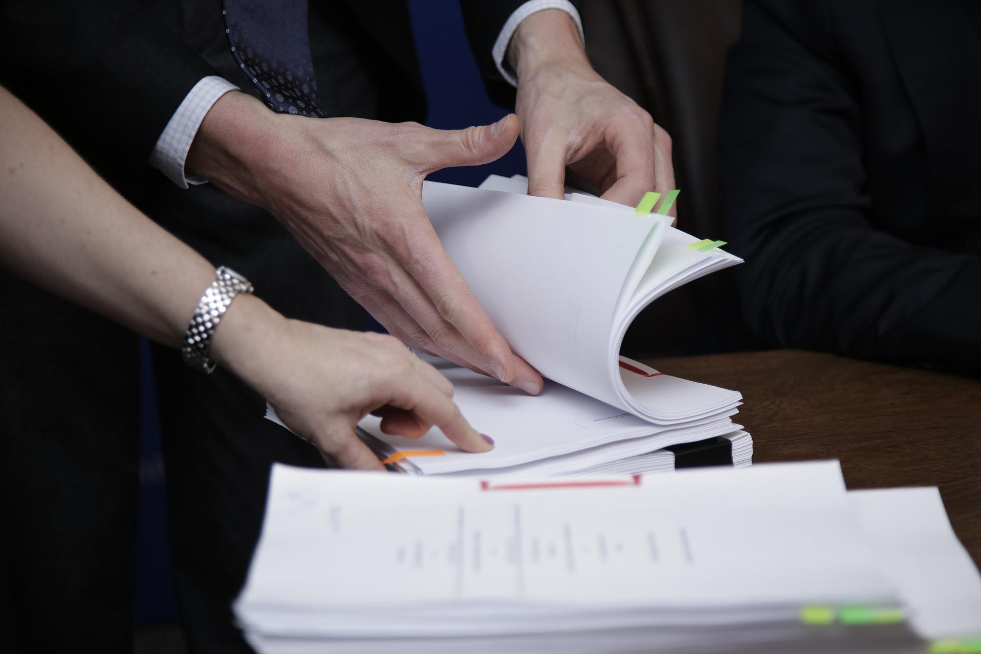 """Акции """"Казахтелекома"""" и Kcell включены в список ЦБ, допущенных к торгам на Санкт-Петербургской бирже"""