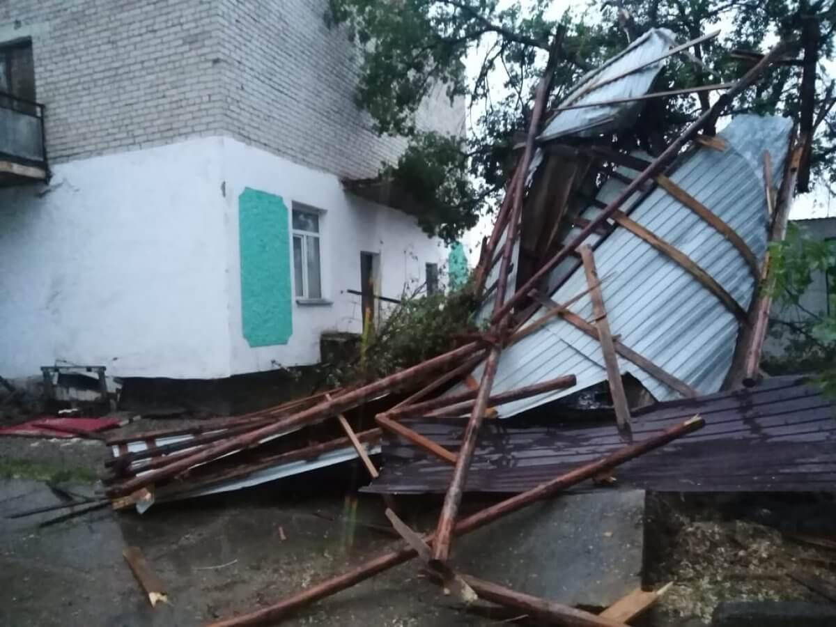 В Атырауской области сильный ветер сорвал кровли нескольких соцобъектов