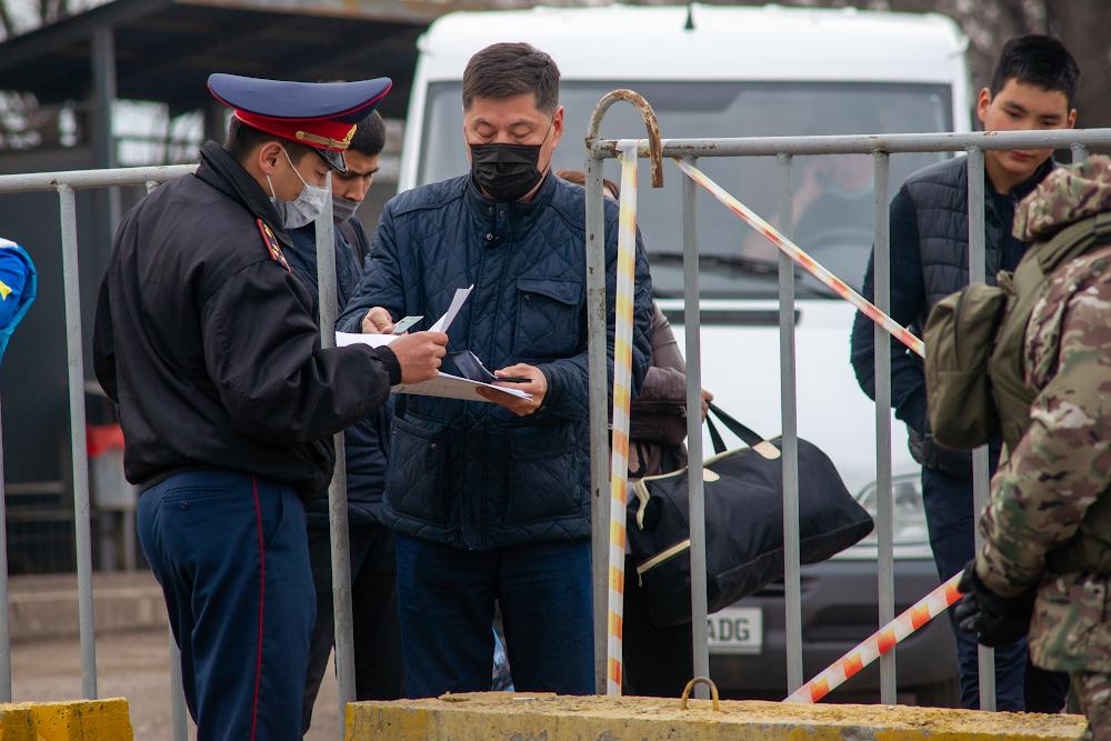 Регионы Казахстана из-за угрозы коронавируса устанавливают блокпосты
