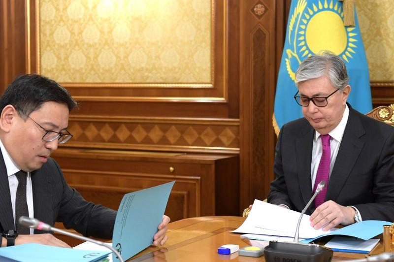 Досаев отчитался перед Токаевым о ситуации по обеспечению финансовой стабильности