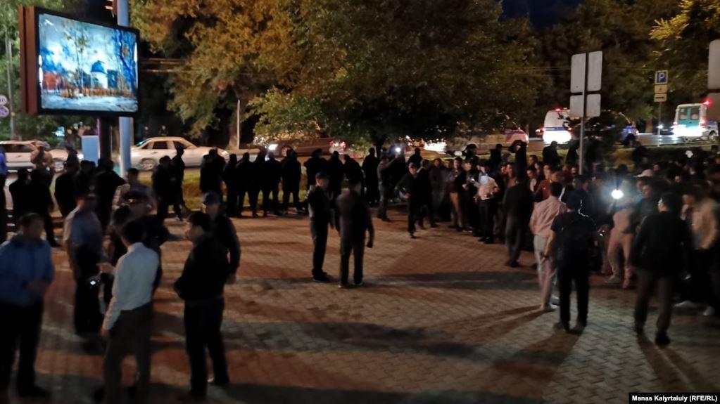 В Алматы в ночь на вторник проходят несанкционированные митинги