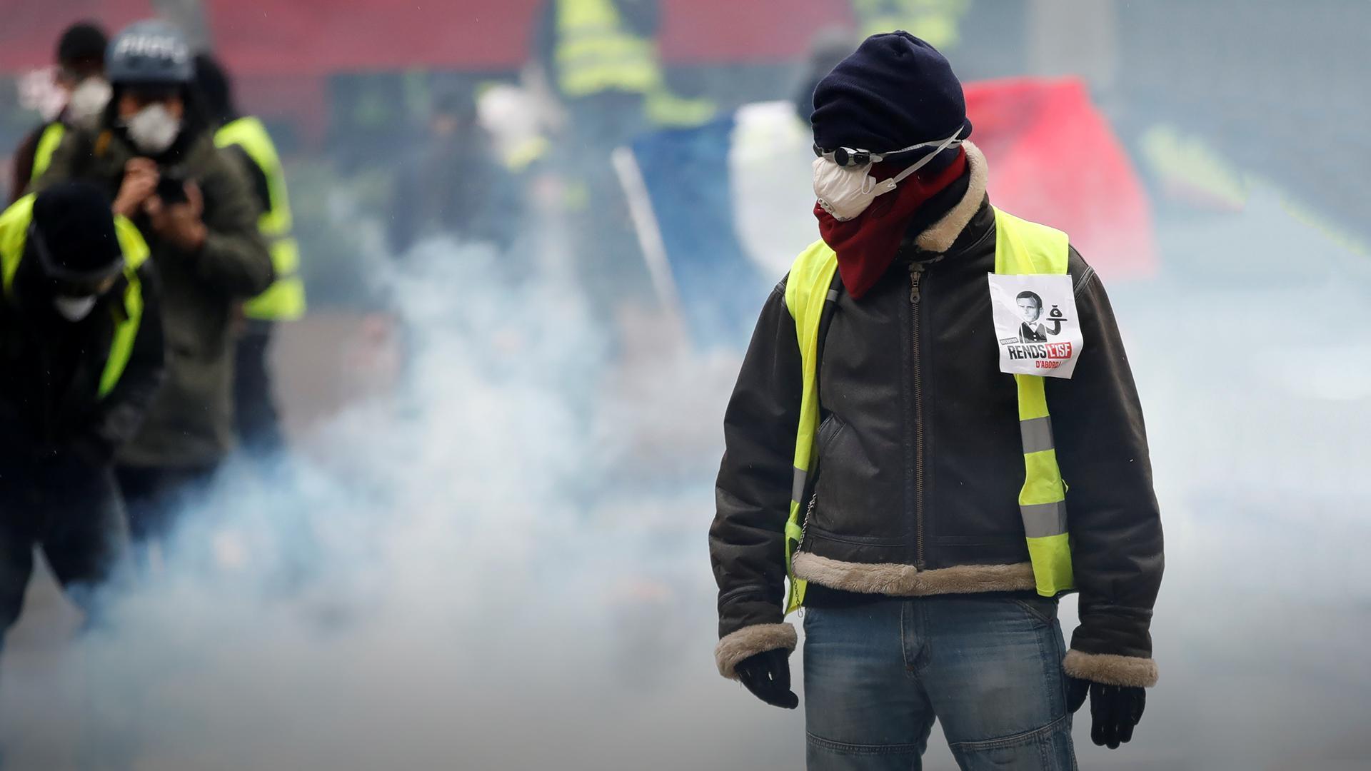 """В Париже около 400 """"желтых жилетов"""" участвуют в акции протеста"""