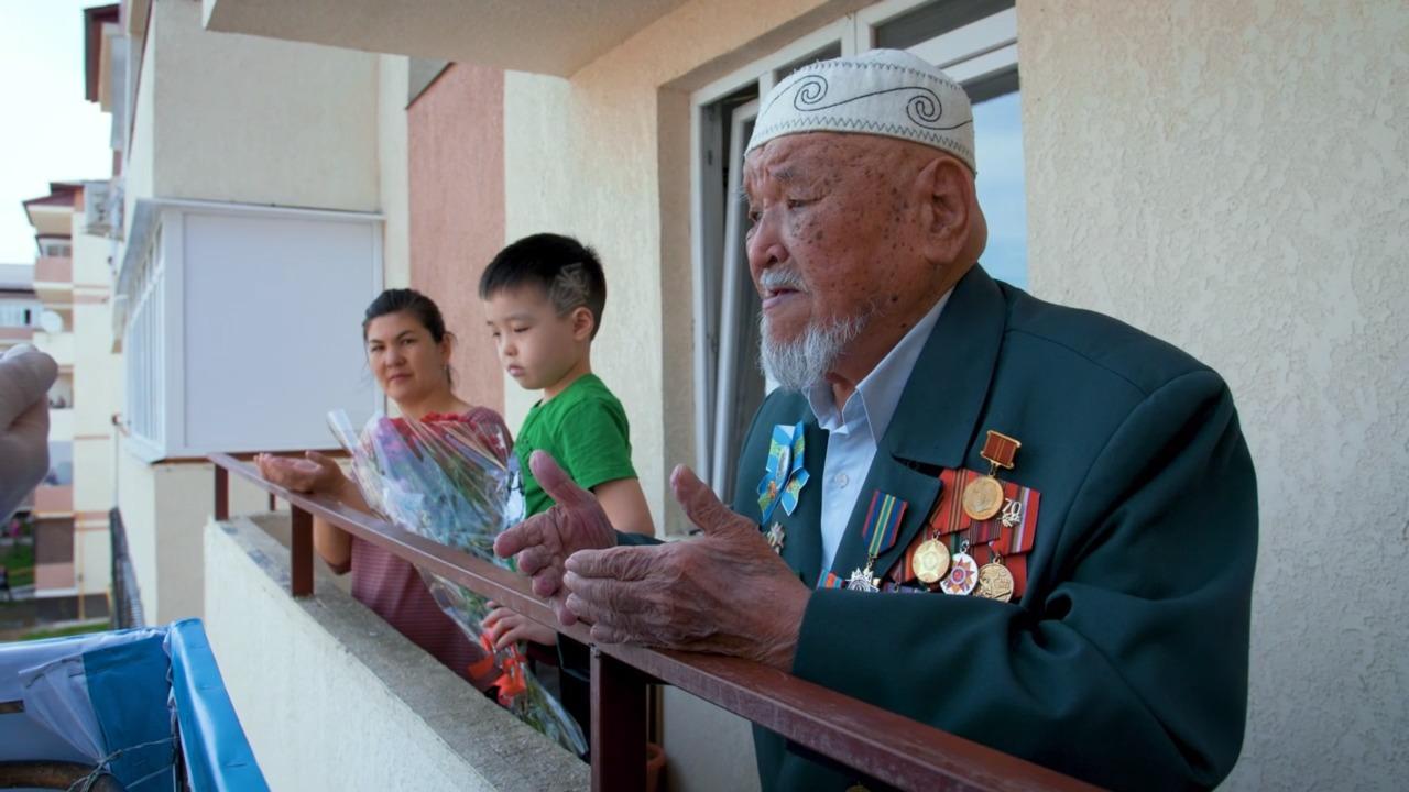 В Таразе оригинально поздравили ветеранов ВОВ