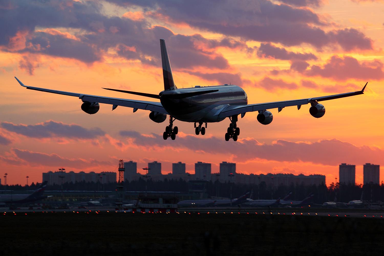 Доходы авиакомпаний упали более чем в полтора раза