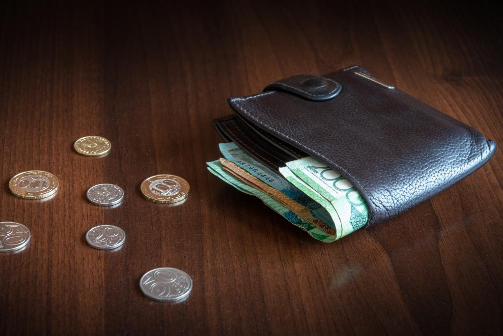 Среднемесячная номинальная зарплата казахстанцев перевалила за 212 тысяч тенге