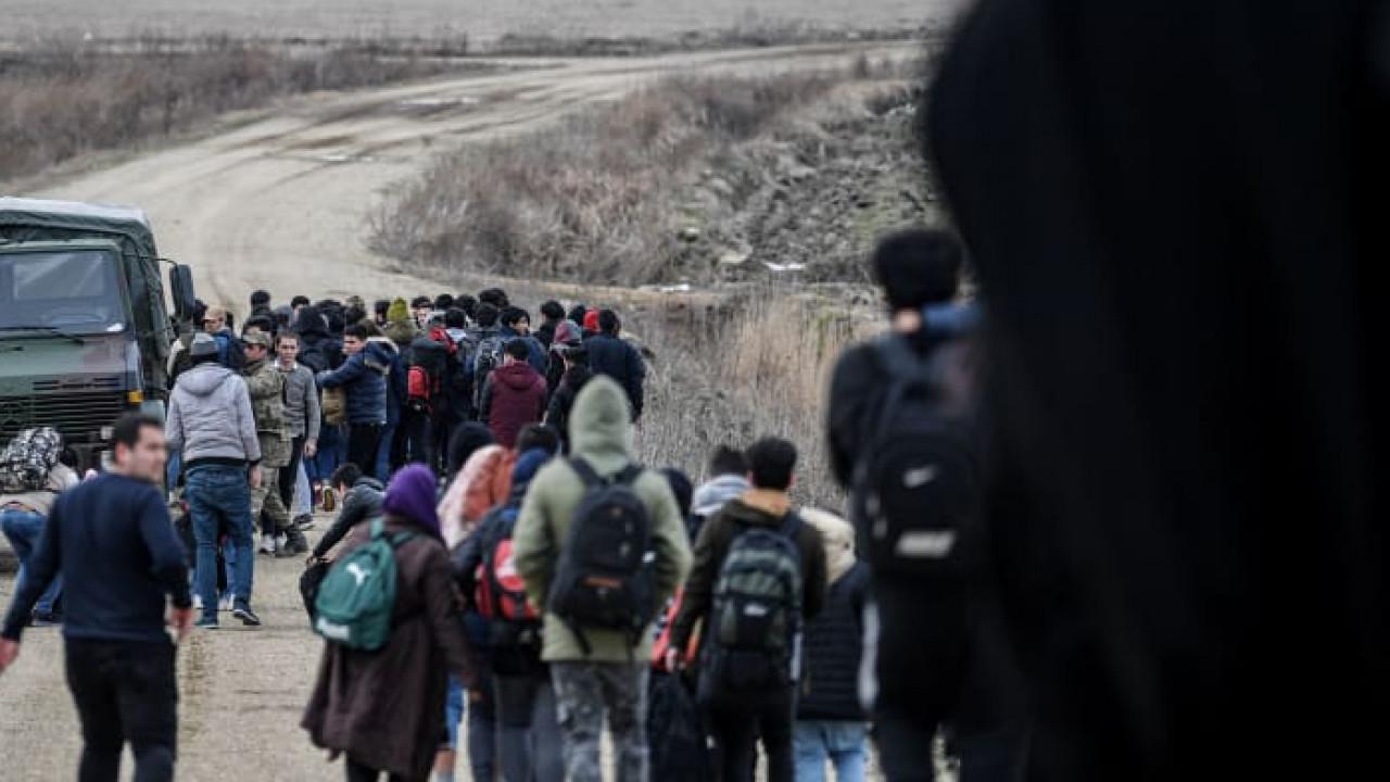 В Турции сообщили, что более 100 тысяч беженцев пересекли границу с ЕС