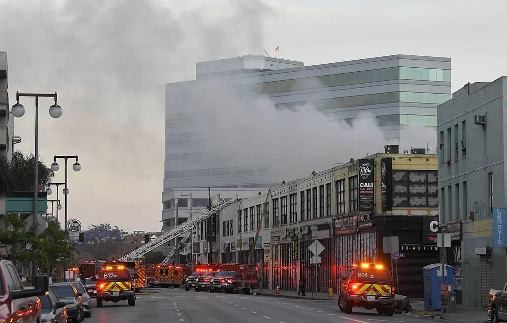 11 пожарных получили сильные ожоги при тушении крупного пожара в Лос-Анджелесе