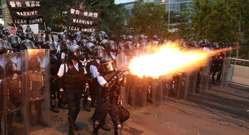 Полицейские Гонконга разогнали несанкционированную акцию слезоточивым газом