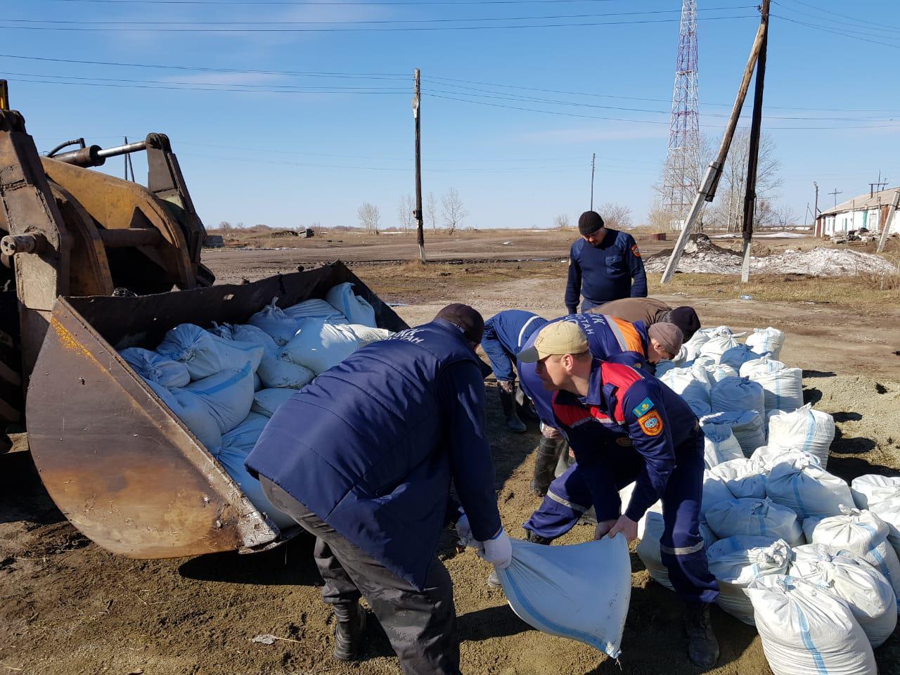 Спасатели возводят укрепления в подтопленных селах на юге Казахстана