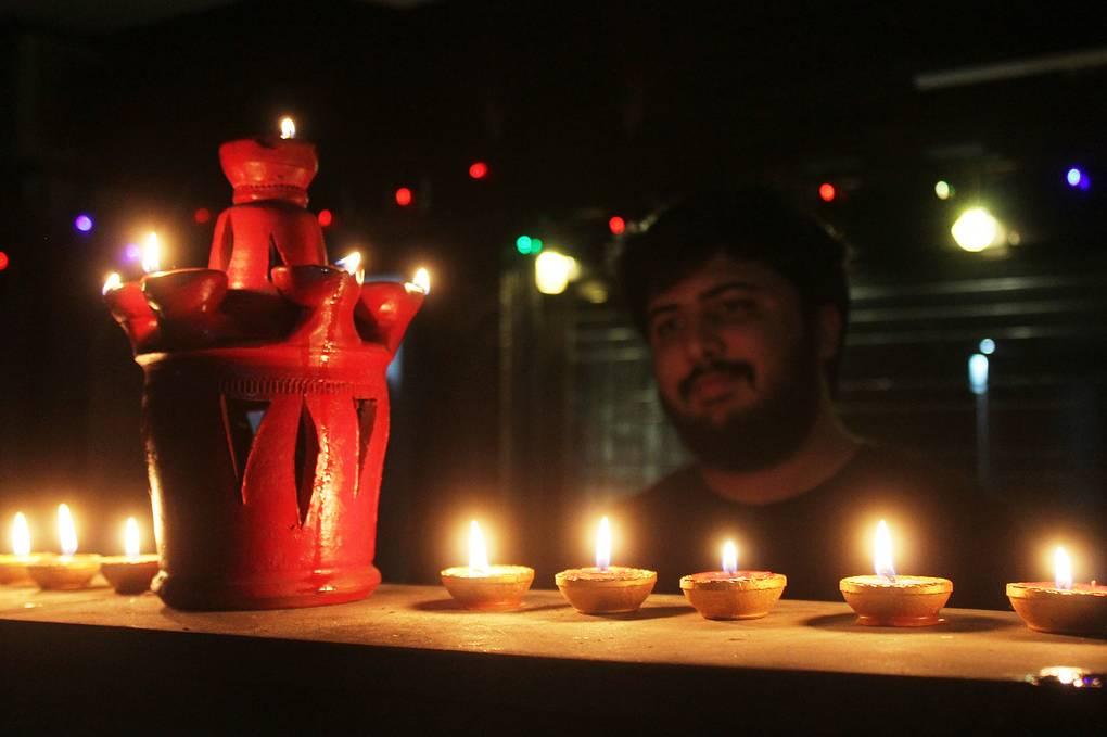 В Индии в знак единства в борьбе с коронавирусом зажгли миллионы светильников