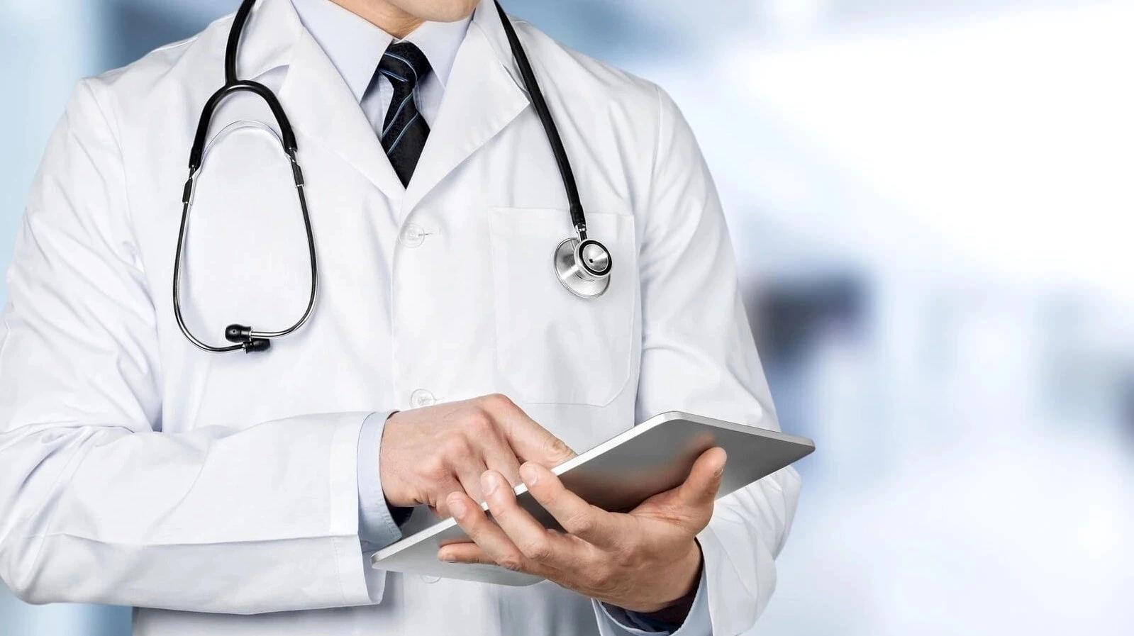 Касым-Жомарт Токаев наградил казахстанских врачей