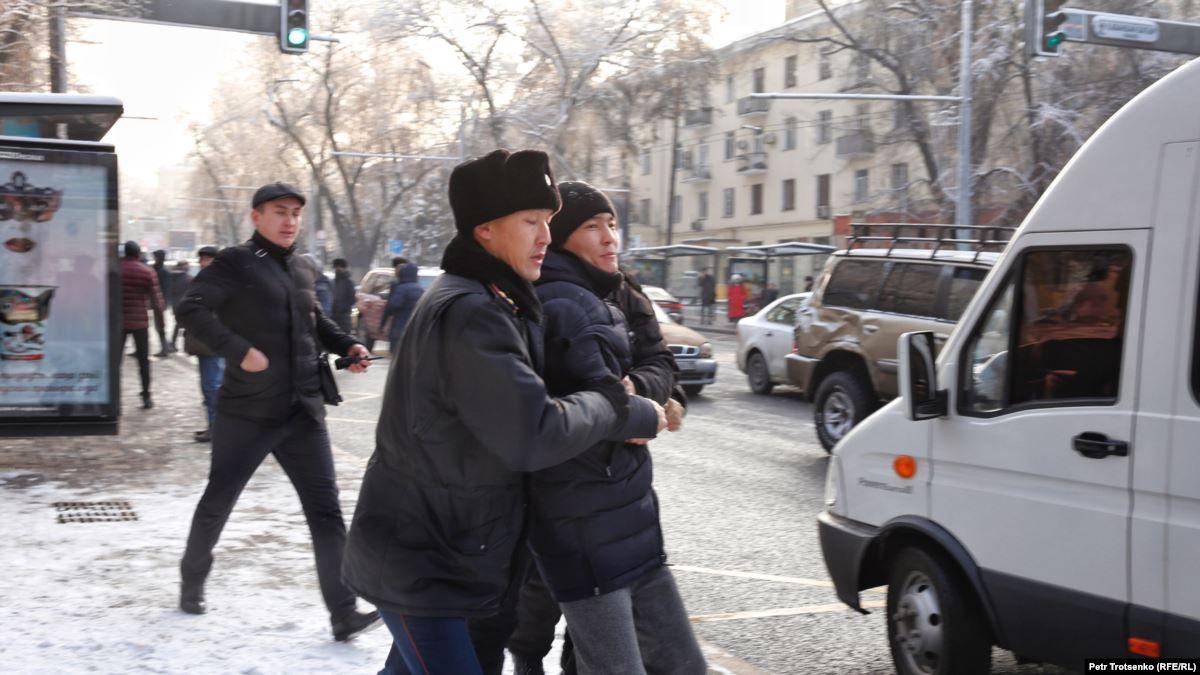 В Нур-Султане и Алматы задержаны участники несанкционированных акций