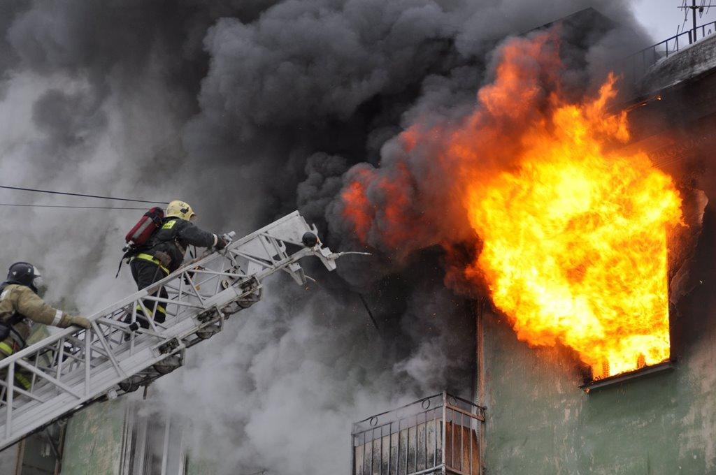 Пять человек пострадали при пожаре в многоэтажке в Алматинской области