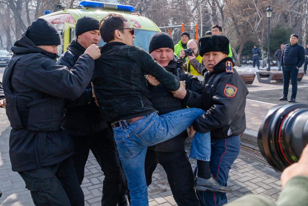 В Нур-Султане и Алматы задержаны около сотни человек, пришедших на митинги запрещенной в Казахстане ДВК