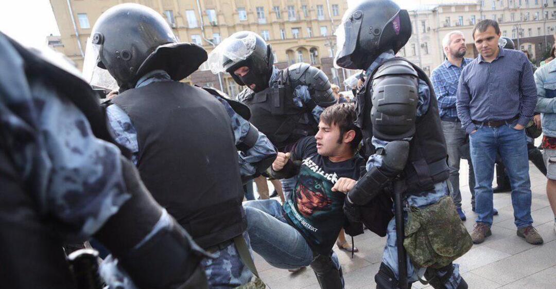 За участие в несанкционированной акции в центре Москвы задержаны 136 человек