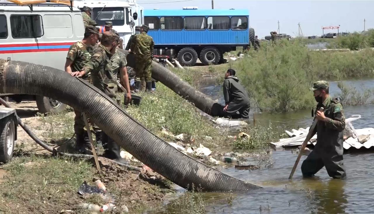 Более 1000 домов на юге Казахстана остаются в воде после прорыва дамбы в Узбекистане