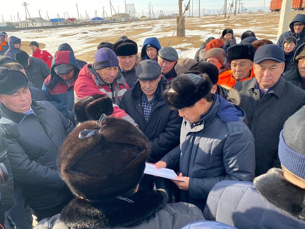Бауыржан Байбек встретился с жителями поселка Атырауской области