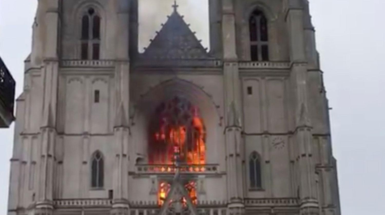 Глава МВД Франции считает, что пожар в соборе Нанта мог быть случайным