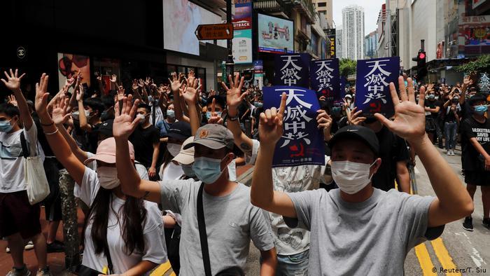 В Гонконге около 100 человек вышли на акцию протеста