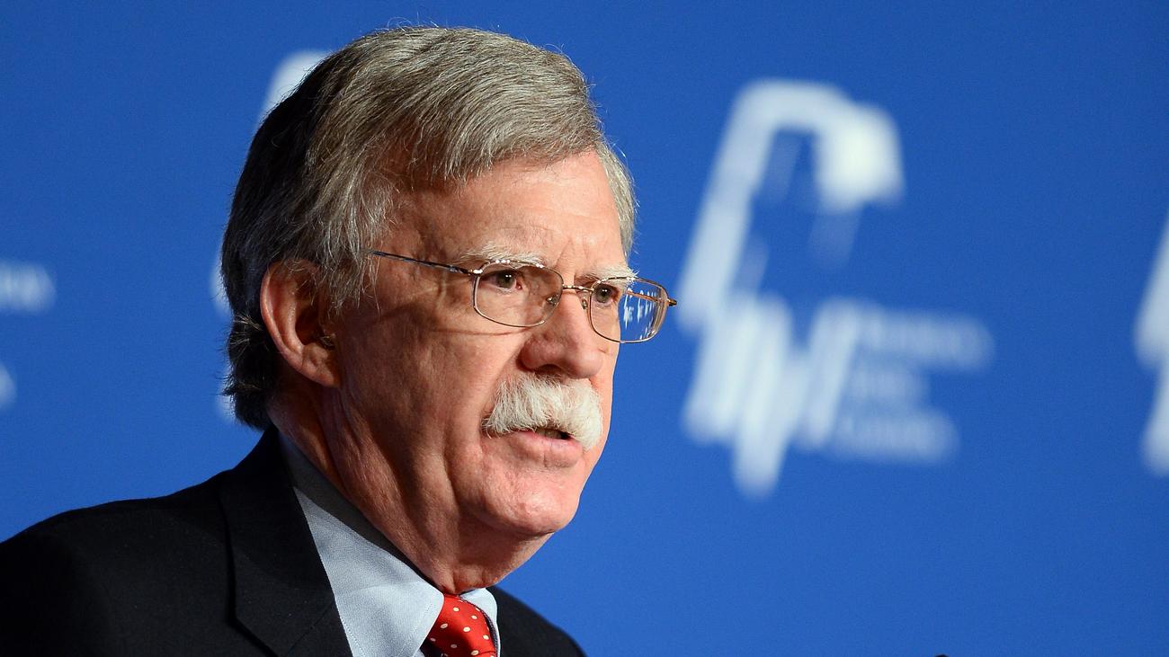 США продолжат санкционное давление на власти Венесуэлы – советник Трампа