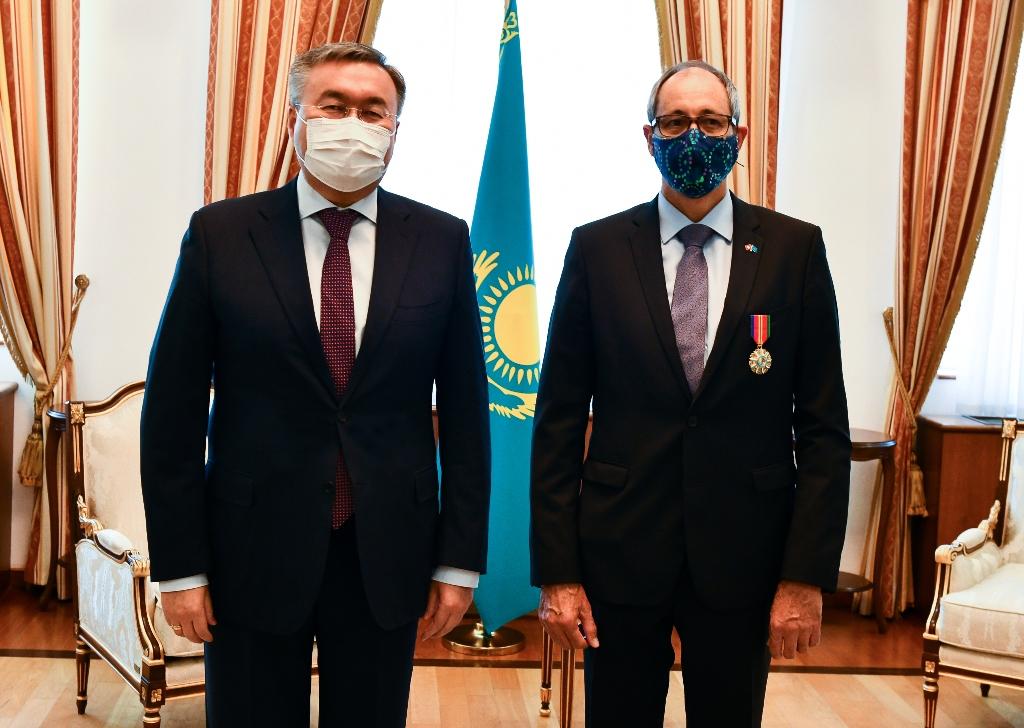 Завершившему дипмиссию в Казахстане послу Швейцарии вручили орден за развитие сотрудничества