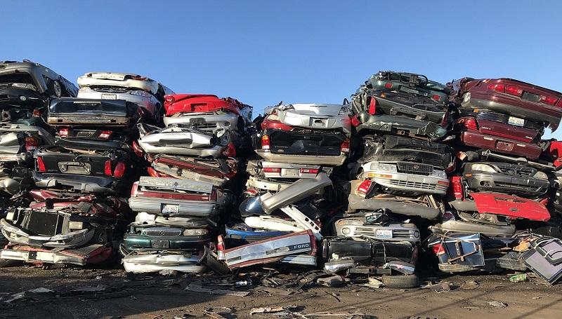 В центре Усть-Каменогорска устроили автомобильную свалку