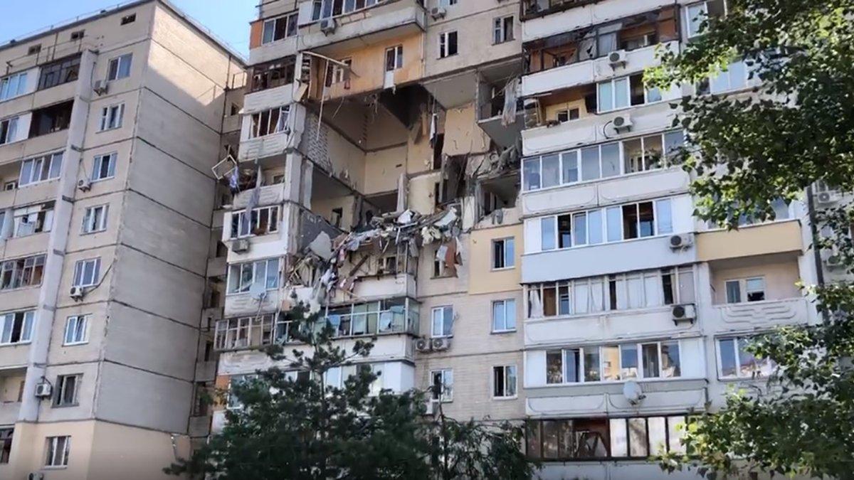 Взрыв газа разрушил перекрытия четырех этажей в девятиэтажном доме в Киеве