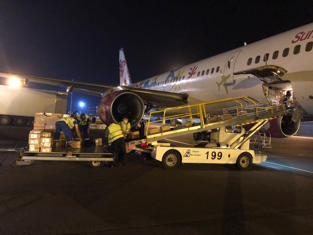 Очередную партию медикаментов доставили в Нур-Султан на грузовом самолете