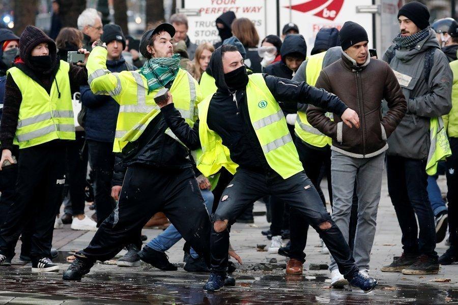 """В Брюсселе полиция применила водомёты против """"жёлтых жилетов"""""""