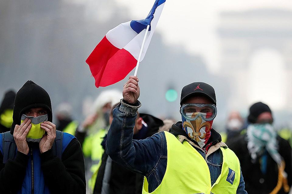 """Полиция применила слезоточивый газ в стычках с """"Желтыми жилетами"""" на Елисейских полях"""