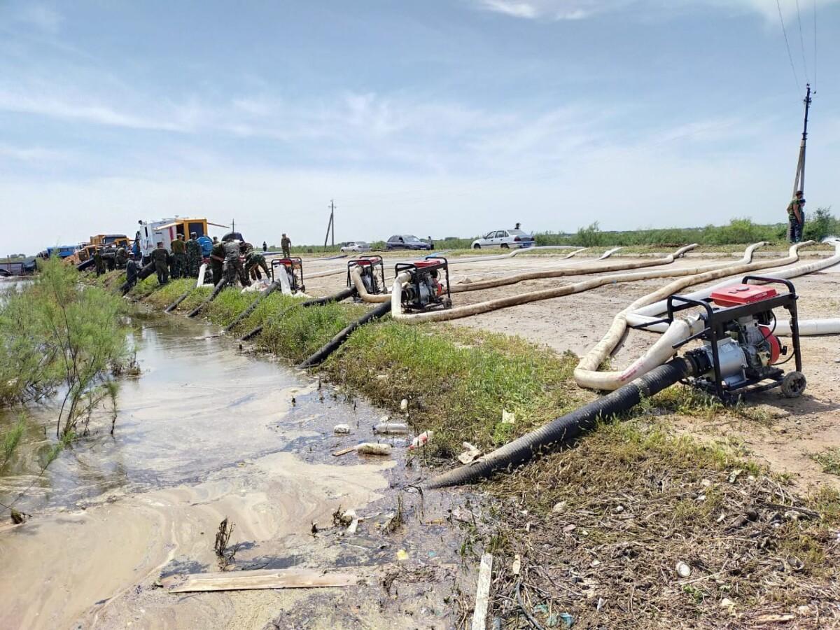 Более 3 млн кубометров воды откачано в затопленных селах на юге Казахстана